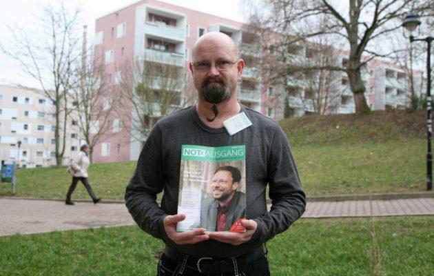 """Der Winzerlaer Matthias Treffs verkauft die Straßenzeitung """"Notausgang"""""""